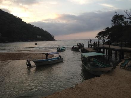 水上タクシーに乗る船着き場。ちなみに写真に写っているのが私たちが乗るボートです。
