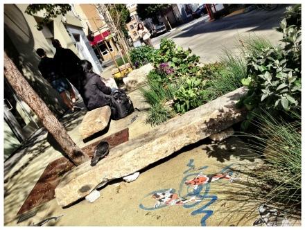 通りを挟んで石焼のベンチなどがあるので、午後の日だまりの中コーヒーを楽しみに柄人がたむろしています