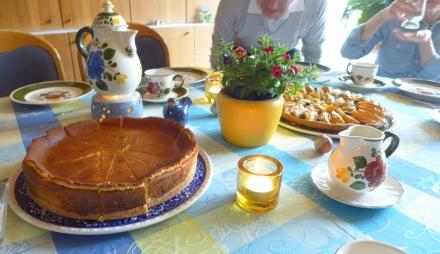 左は義母が私のために焼いてくれたグルテンフリーのチーズケーキ