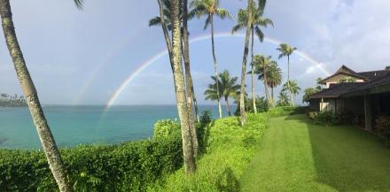 今朝、ざっとスコールは降った後、部屋の目の前には2じゅうの虹が、、、